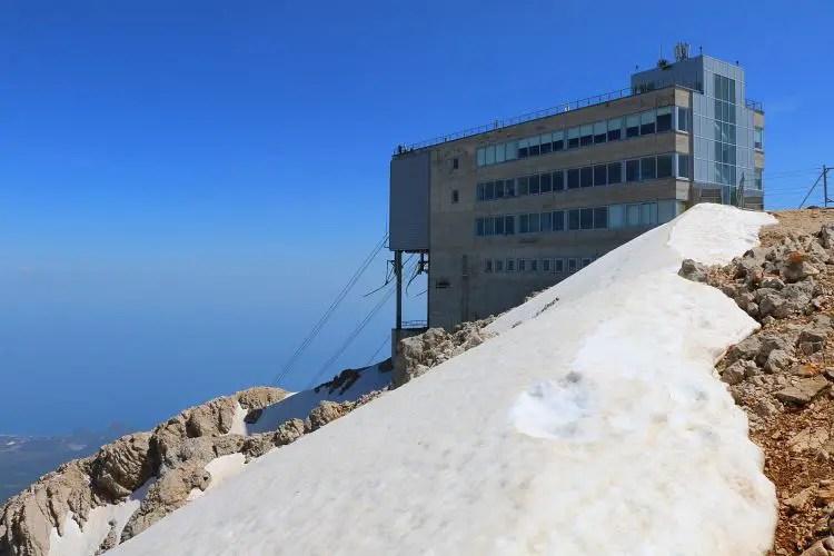 Schnee neben der Bergstation des Tahtali