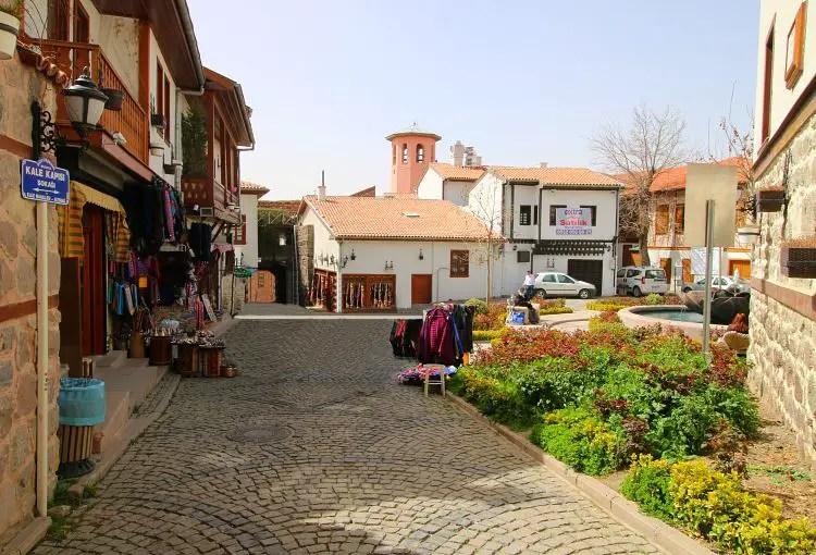 Straße mit Geschäften