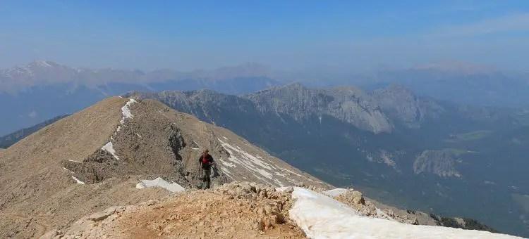 Wanderer kommt auf dem Gipfel an