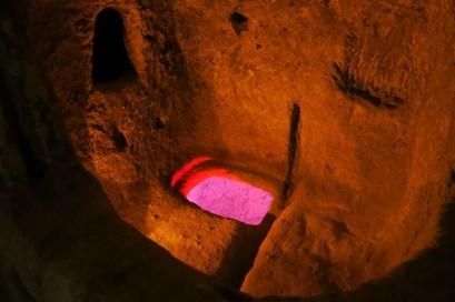 Fenster ins untere Stockwerk in einer Höhlenstadt
