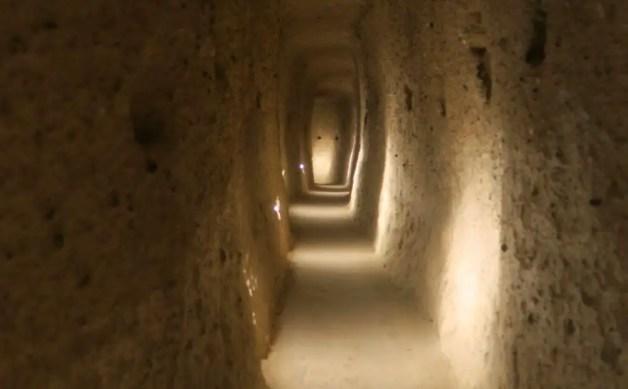 Langer Tunnel in einer Höhlenstadt