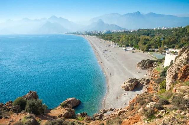 Konyaalti Strand, im Hintergrund das Taurusgebirge & Antalya