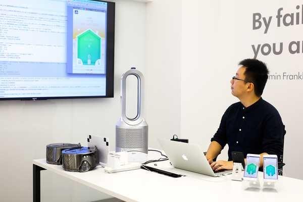 Ingenieor chino programando dispositivo Dyson