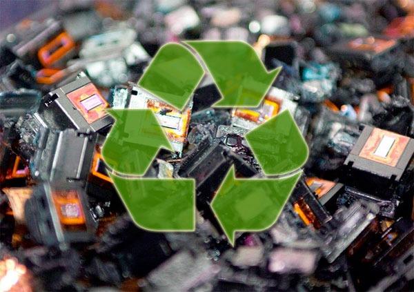 El plástico reciclado de botellas y perchas se convierte en cartuchos de tinta