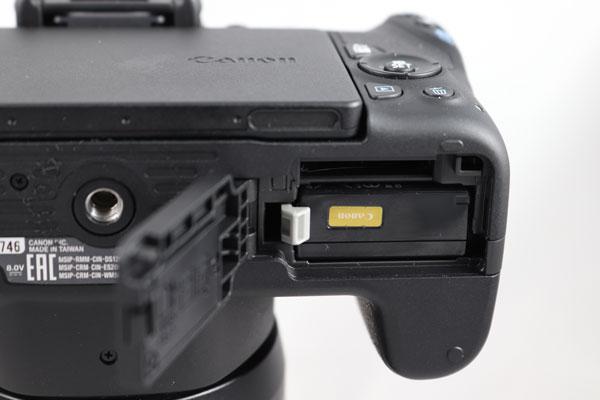 hemos probado Canon EOS 200D tapa bateria y tarjeta
