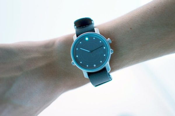 LunaR, un smartwatch que marcha con la luz del sol