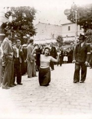 Kadını diz üstünde elleri havada yürütürken