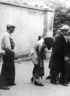 Yakalanan bir kadını sopa zoruyla soyulması