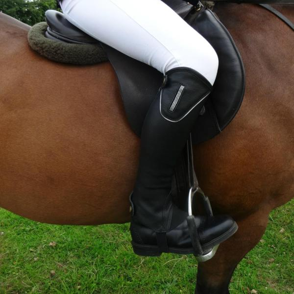 Add some sparkle!Gem leather gaitersBlack Aniline leather gaiters with YKK zips.Elegant, contoured shaping.Featuring a diamante stripGem gloves match perfectly with our Gem gloves. Sizes: S, M, L, XL, Small-Short, Med-Short, L-Short, XL-Short