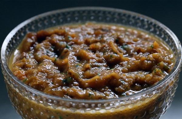 Salsa på gula körsbärstomater med lök, vitlök, koriander och jalapeno. Två timmar i slow cookern - sen kommer belöningen. (Bild: Tuffa Tider)