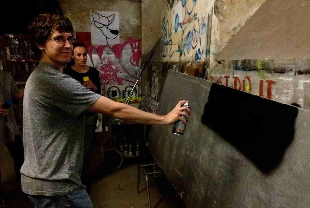 Pintando el mural en La Tabacalera