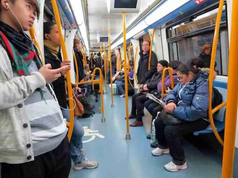 Gente en el metro de Madrid
