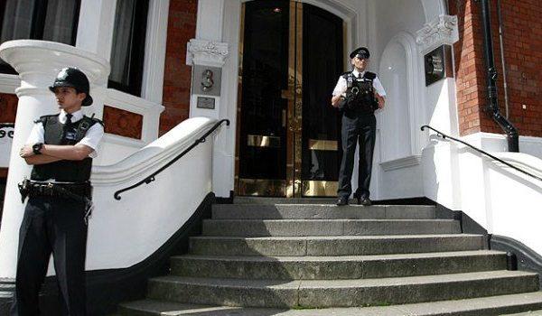 Reino Unido ameaça entrar na Embaixada do Equador para prender Julian Assange