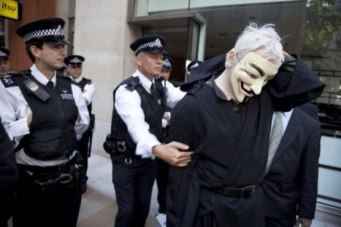 Julian Assange usa máscara Anonymous no Occupy London a 15 de Outubro