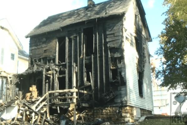 Padrasto impedido de salvar criança de casa em chamas… pela polícia