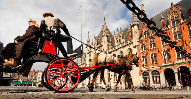 Un paseo en coche de caballos. © Milo Profi