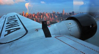 El Rimowa JU sobrevolando el skyline de Manhattan