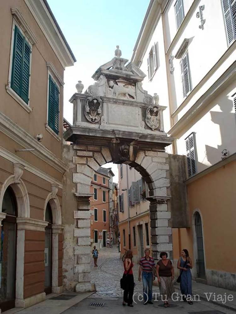 Puerta con el león veneciano en Rovinj, Croacia