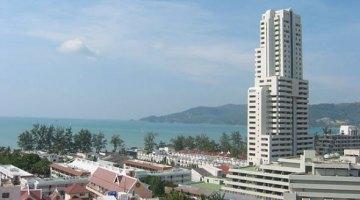 Vista de la playa de Patong con el Patong Tower Condominium de frente