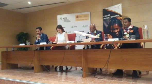 De izquierda a derecha: El embajador de España para Etiopía, Yibuti y Seychelles, Miguel Fernández Palacios , y la directora del Aeropuerto Adolfo Suárez Madrid-Barajas, Elena Mayoral; el CEO de Ethiopian Airlines, Tewolde Gebremariam y el embajador de Etiopía en España, Nega Tsegaye.