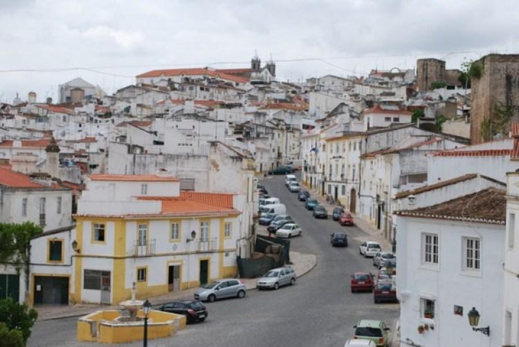 Vista de Elvas con la iglesia de San Salvador al fondo