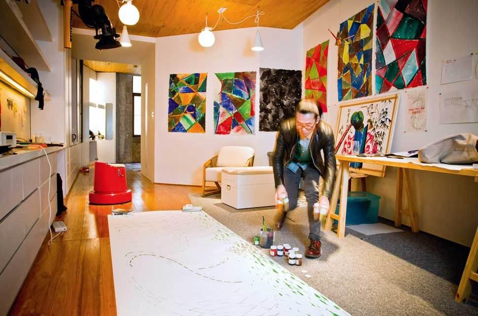 """El artista Ling Ha Ye, en la exposición """"Faces & Traces"""" de Swatch"""