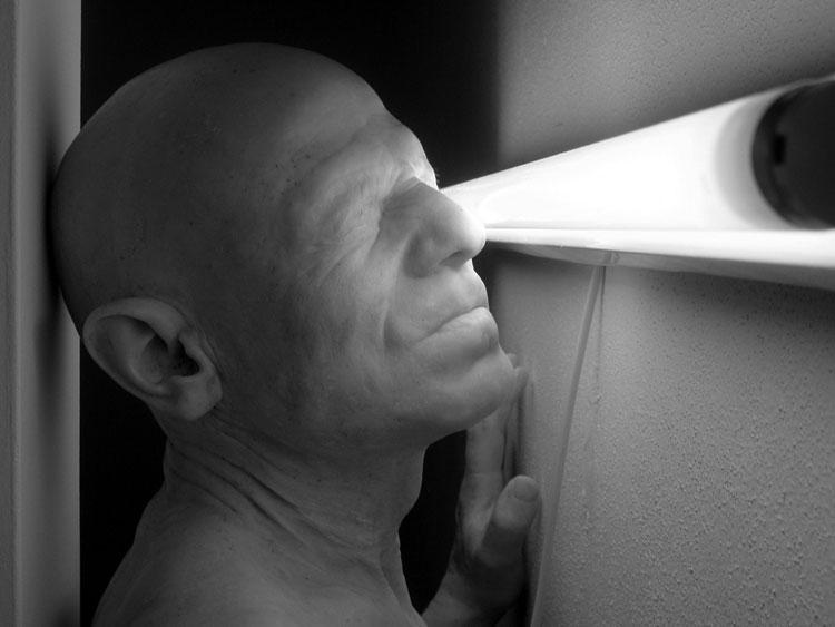Aceton, de Berardí Roig. 2005. Elaborada con resina de políester, mármol, arena y luz fluorescente. Escala humana. Cortesía de la Galería Max Estrella de Madrid.