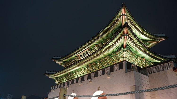 Gwanghwamun fue construida en 1395 como la entrada principal del Palacio de Gyeongbokgung. en Seúl