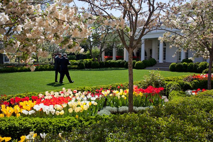 El Presidente Barack Obama camina por el Rose Garden de la Casa Blanca con el Consejero de Seguridad Nacional Tom Donilon, el 14 de abril de 2011 (Foto Oficial de la Casa Blanca de Peter Souza).
