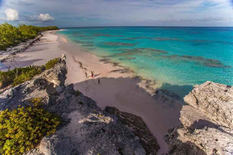 Una playa de arena rosada, un pueblecito de casas de tonos pastel y beach clubs de los que no querrás irte jamás: bienvenido a Harbour Island, Gran Viajero.