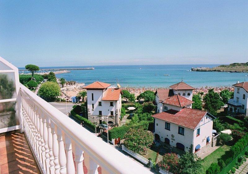 Panorámica de la playa de Brazomar desde el hotel Sercotel Las Rocas | Escapada a Castro Urdiales | Tu Gran Viaje