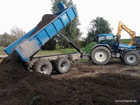 Zware traktor met containerhaaksysteem en kipwagen