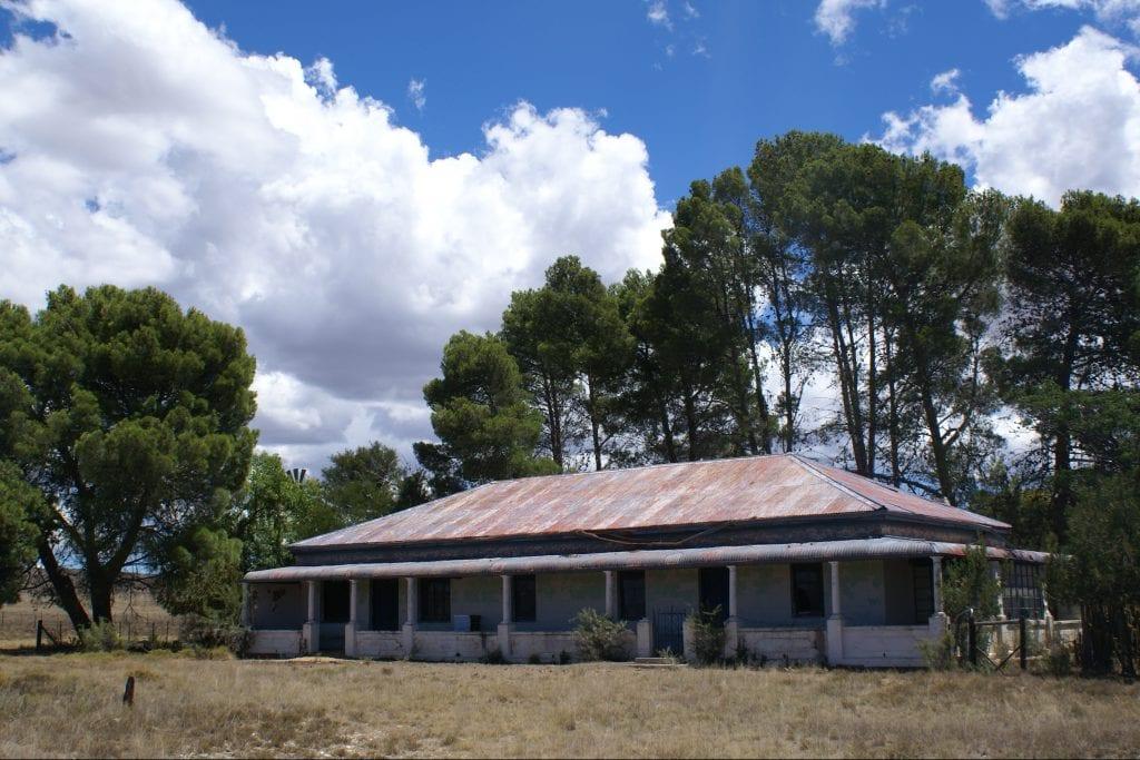 "Karakteristieke boerderij in de ""grote leegte"" van de Karoo"