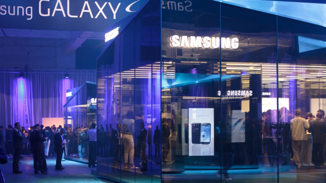 samsung-unpacked-glass-mirrored-booth