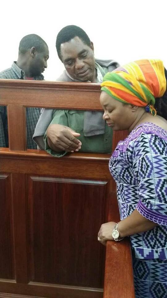 Photo: Hakainde Hichilema Speaks To His Wife After Treason Case Adjourned To Next Week