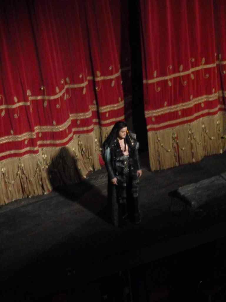 Attyla - opera Giuseppe Verdiego - w oryginale po włosku - Attila - na scenie Teatro alla Scala - Orlin Anastassov, orkiestra pod dyrekcją Nicola Luisotti, Mediolan 2011 r.