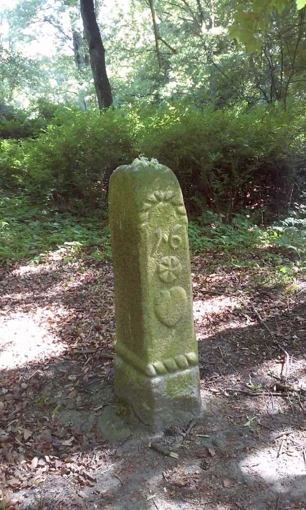 Znak graniczny posiadłości w parku w Lubostroniu z datą 1628
