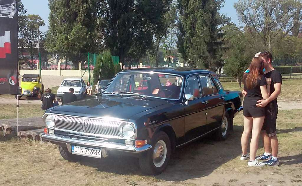 Inowroclaw Urząd Miasta Bydgoszcz Toruń Warszawa Impreza samochody chłopak dziewczyna Maluch Fiat Volga Wołga car machina wehicule voiture car old