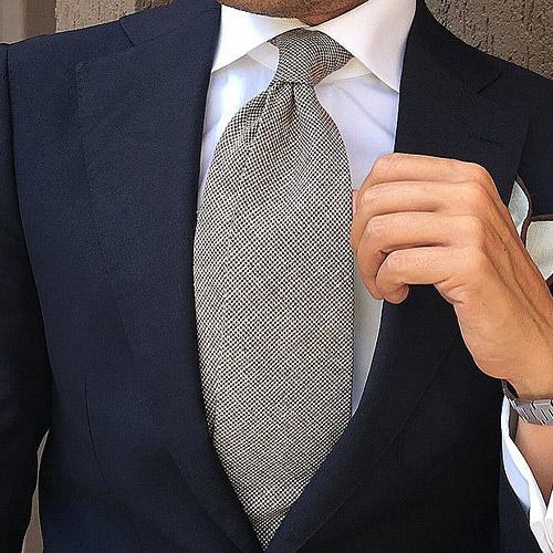 紺のスーツとグレーネクタイ1