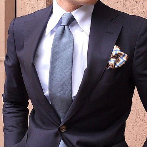 紺のスーツとグレーネクタイ2