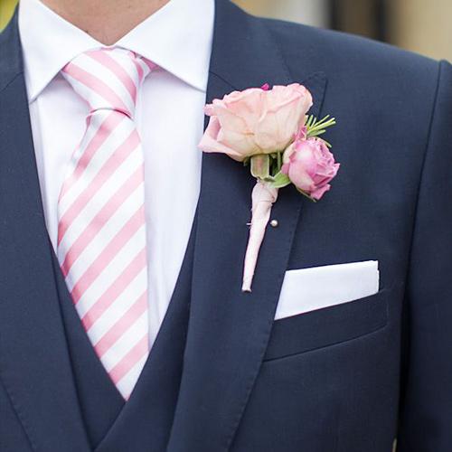 ピンクネクタイと紺のジャケット2