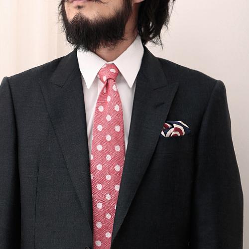 ピンクネクタイと黒のジャケット2