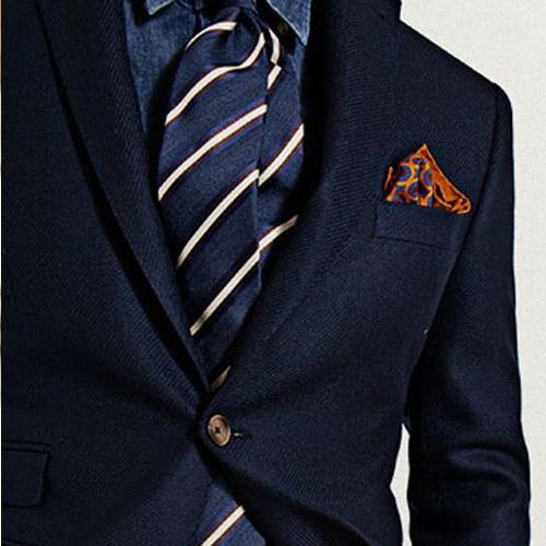 紺のスーツと紺のストライプネクタイ