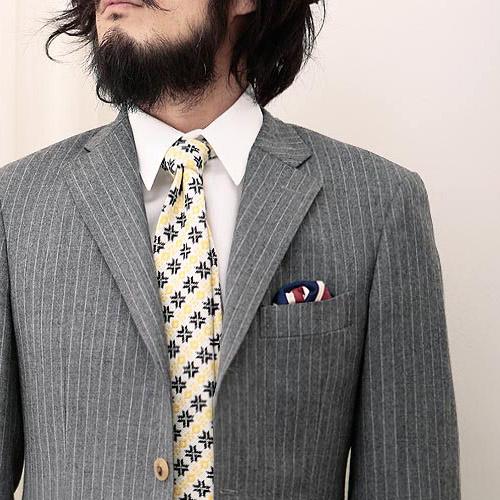 ツンドラの黄色ネクタイ