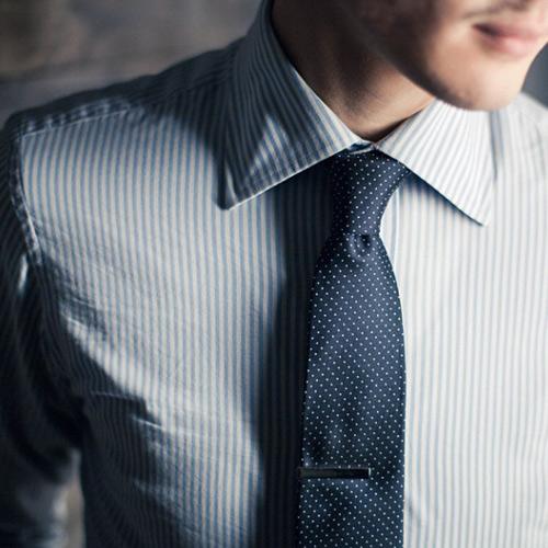 紺ドットネクタイとストライプシャツ