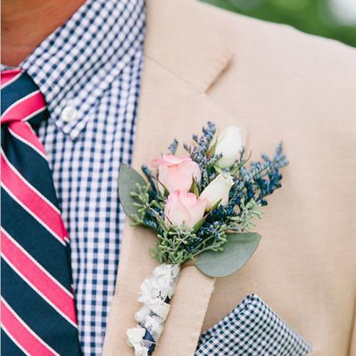 ピンクネクタイとベージュのジャケット3