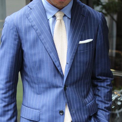 結婚式に使えるブルースーツと白ネクタイ