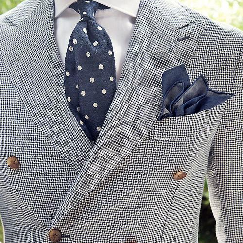 紺のドットネクタイとチェックスーツ