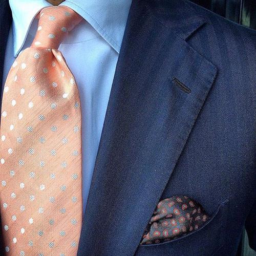 ピンクネクタイと紺のジャケット3
