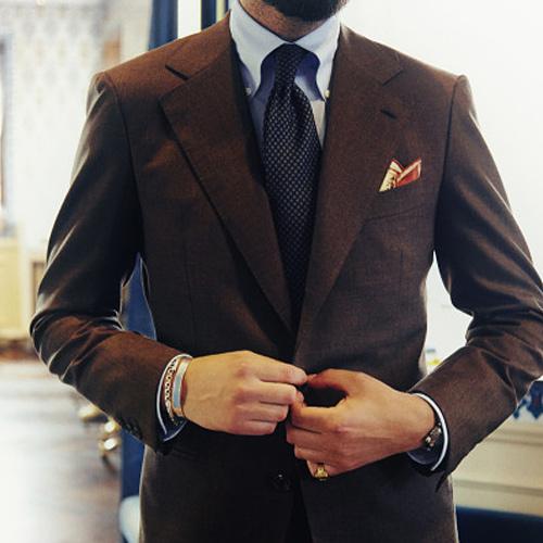 ブラウンジャケットと黒ネクタイ